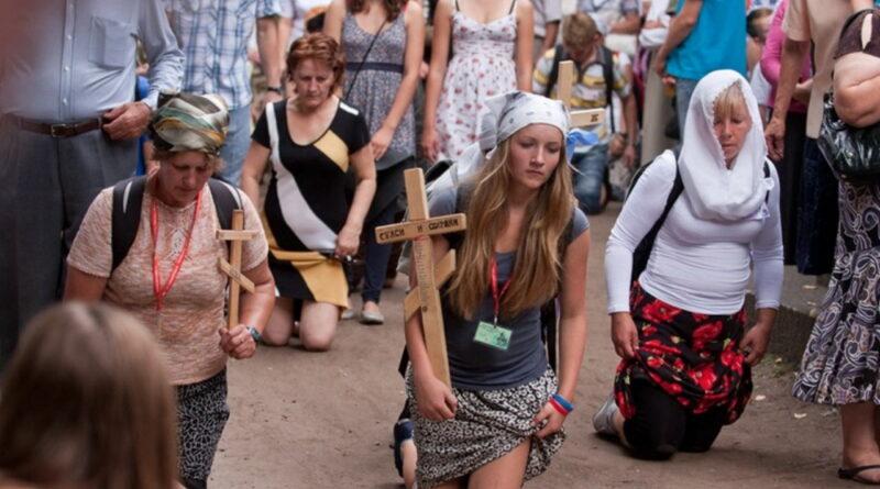 Православные на коленях