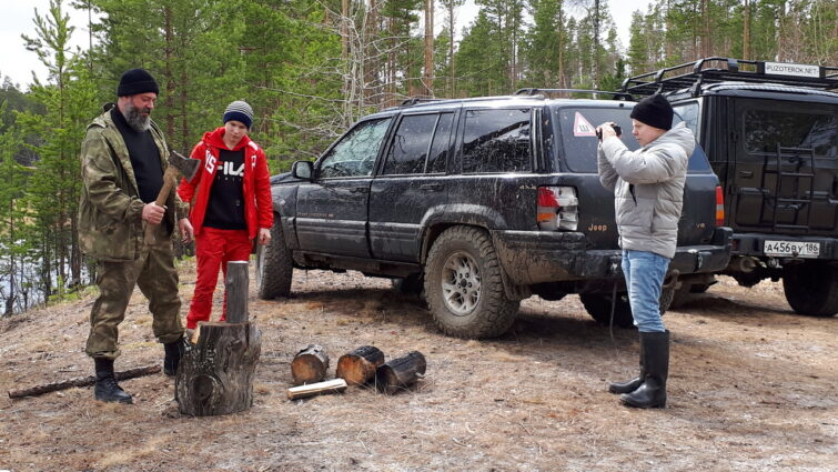 Обучение молодёжи рубке дров