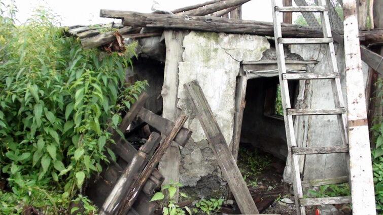 Разрушающиеся старые постройки