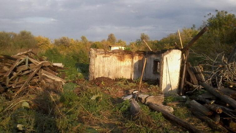 Разваливаем старые постройки